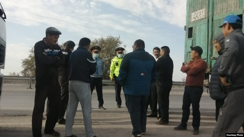 Водители, несогласные с введением дорожных сборов, и полицейские на участке трассы в Туркестанской области. 30 сентября 2021 года