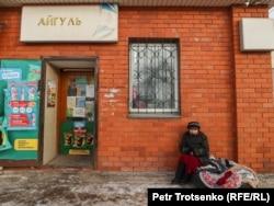 Женщина-торговка у продуктового магазина, Петропавловск, Северо-Казахстанская область, 18 декабря 2020 года.
