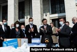 Szijjártó Péter és Dmitro Kuleba átadja a segélyszállítmányt
