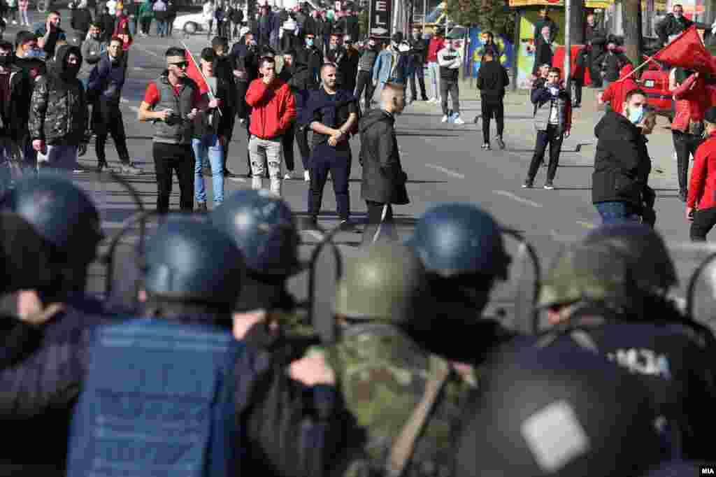 МАКЕДОНИЈА - Основното јавно обвинителство Скопје (ОЈО) до Основниот кривичен суд Скопје поднесе предлог за определување мерка притвор за уште едно лице, за кое е поведена постапка за кривично дело – учество во толпа која ќе изврши кривично дело согласно член 385 став 2 во врска со став 1 од Кривичниот законик.