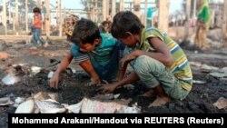 Djeca na ostacima domova nakon požara u izbjegličkom kampu za Rohinje u Bangladešu, 14. januar 2021.
