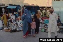 Ескі заттар сатылатын базарда жүрген адамдар. Кабул, 25 тамыз 2021 жыл.