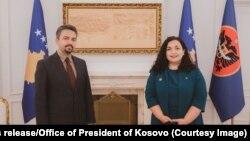 Presidentja e Kosovës, Vjosa Osmani dhe kryetari i ri i KQZ-së, Kreshnik Radoniqi.