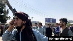 A tálib erők egyik tagja a Hamid Karzai Nemzetközi Repülőtér előtt Kabulban, 2021. augusztus 16-án