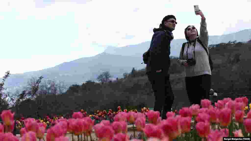 Селфи на фоне ялтинского пейзажа