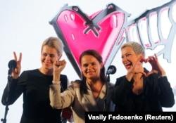 Символы оппозиционной предвыборной кампании в Беларуси: Светлана Тихановская (в центре) и ее соратницы Вероника Цепкало (слева) и Мария Колесникова