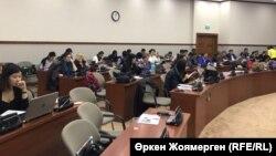Журналисты на обсуждении поправок к закону о СМИ в мажилисе парламента. Астана, 8 ноября 2017 года.