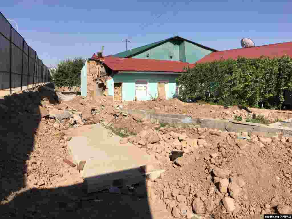 Репортер Озодлика сообщил, что жители, дома которых снесли для строительства резиденции, пожаловались, что им не выделили другое жилье.