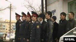 Полиция мен ерікті жасақшылар кезекшілікке шығар алдында. Қарағанды, сәуір, 2009 жыл.