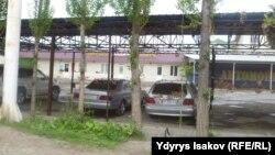 Ишкер Жеңиш Садиевге тиешелүү автосалон, ары жактагы жашыл дарбаза үйүнүн короосу. Кол салуу ошол дарбазанын ичинде болгон.