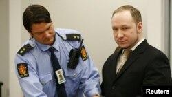 Polici ia largon prangat Breivikut në gjykatë