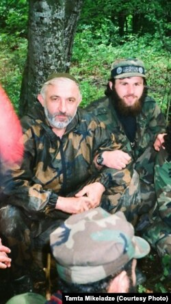 На цьому архівному фото, дата якого невідома, Зелімхан Хангошвілі (п) сидить поруч із Асланом Масхадовим (л)