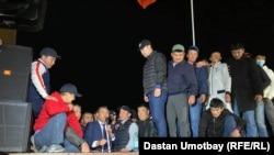 Бывший мэр города Оша Мелис Мырзакматов выступает перед сторонниками. Ош (Кыргызстан), 7 октября 2020 года.