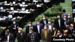 اعتراض برخی نمایندگان با ماسک در مجلس