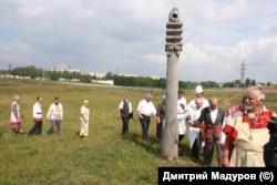 Разин участвует в обряде народной чувашской веры во время приезда в Чувашию (третий справа) Фото из личного архива Дмитрия Мадурова