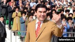 Türkmenistanyň prezidenti Gurbanguly Berdimuhamedow atçylyk toplumynda, 29-njy aprel.