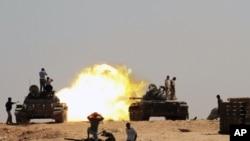 Ливия Ұлттық өтпелі кеңесінің күштері Сирт қаласы маңында. 26 қыркүйек 2011 ж.