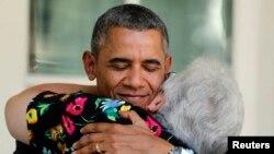 Обама принимает в Белом Доме благодарности от получивших медицинскую страховку