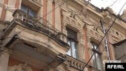 На фігурній ліпнині подекуди не вистачає шматків, а з-під даху відвалилися шматки стін, оголивши внутрішні шари будівлі