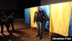 Кандидат в мэры Киева Борислав Берёза на избирательном участке. 15 ноября 2015 года.