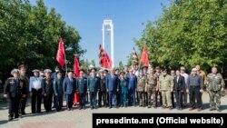 """Igor Dodon și ambasadorul Federației Ruse Oleg Vasnețov, la complexul memorial """"Capul de pod Șerpeni"""""""