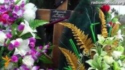 Світ у відео: Друзі та рідні загиблого в Україні російського правозахисника Андрія Миронова відвідали його могилу