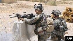 در حال حاضر ۱۵۸ هزار سرباز آمريکايی در عراق مستقر هستند که در تلاشند شورش ها و تلاش های جدايی طلبانه برخی گروهها را که از زمان حمله آمريکا به عراق در سال ۲۰۰۳ ميلادی آغاز شده است، سرکوب کنند. عکس از AFP