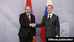 Премьер-министр Никол Пашинян (слева) и председатель правительства Российской Федерации Дмитрий Медведев, Москва, 25 октября 2019 г..
