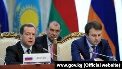 Премьер-министр РФ Дмитрий Медведев (слева) в ходе очередного заседания Евразийского межправительственного совета, Бишкек, 7 марта 2017 г.