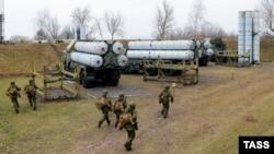 Ресейдің Калининград облысында әскери жаттығуға қатысуға апарылған С-300 зениттік зымыран кешені. (Көрнекі сурет)