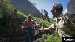 Солдаты помогают пострадавшим от наводнений в индийском штате Уттараханд