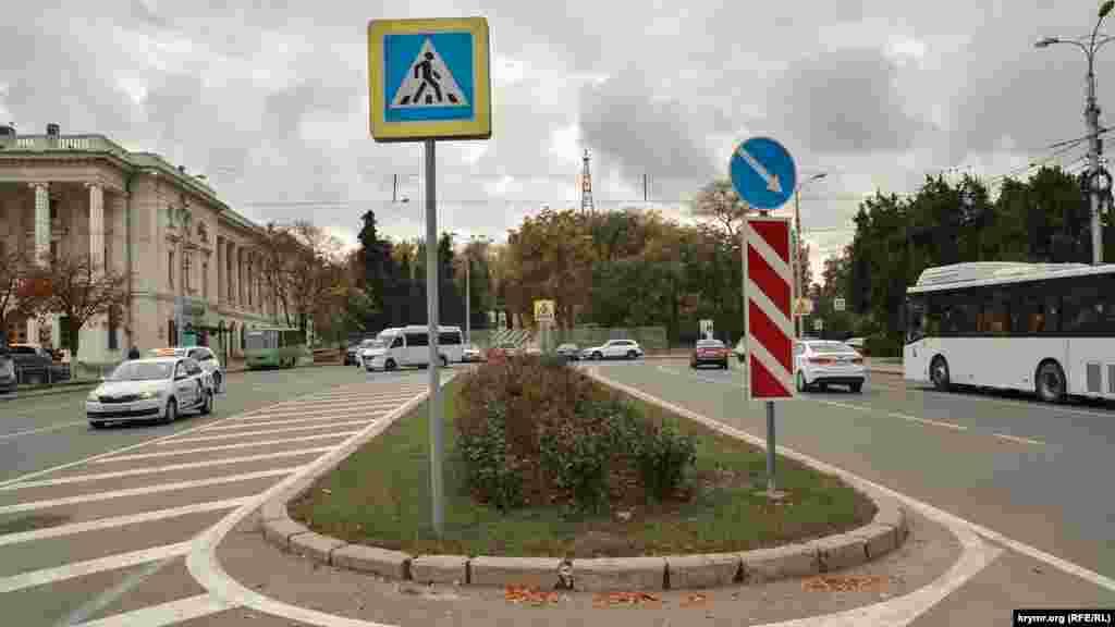 Клумба у верхній частині площі Ушакова, за якою відкривається краєвид на Історичний бульвар