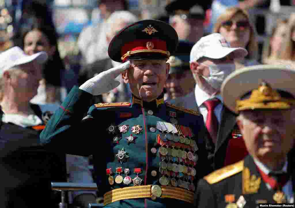 Ветерани, які були присутні на святкуваннях, були поміщені під карантин перед парадом