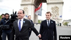 Франсуа Олланд и Эммануэль Макрон во время после возложения венков к вечному огню на площади Звезды в Париже