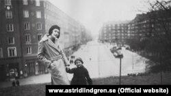 Astrid Lindgren gənc qız ikən doğulan ilk uşağı ilə birlikdə.
