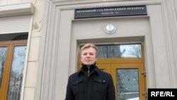Сузаснавальнік БХД Віталь Рымашэўскі на ганку Вярхоўнага суду.