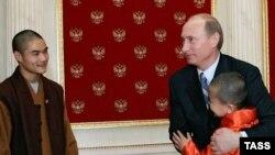 Россия пока еще может сопротивляться китайскому напору. Президент Путин в Кремле с монахами Шаолиня