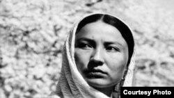"""Кыргыз киносун Таттыбүбү Турсунбаевасыз элестетүү мүмкүн эмес. """"Уркуя"""" фильминен бир көрүнүш"""