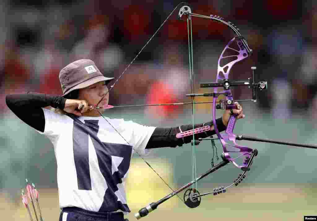 Член казахстанской сборной по стрельбе из лука Адель Жексенбинова во время соревнований. На Играх Джакарте казахстанские стрелки остались без медалей.