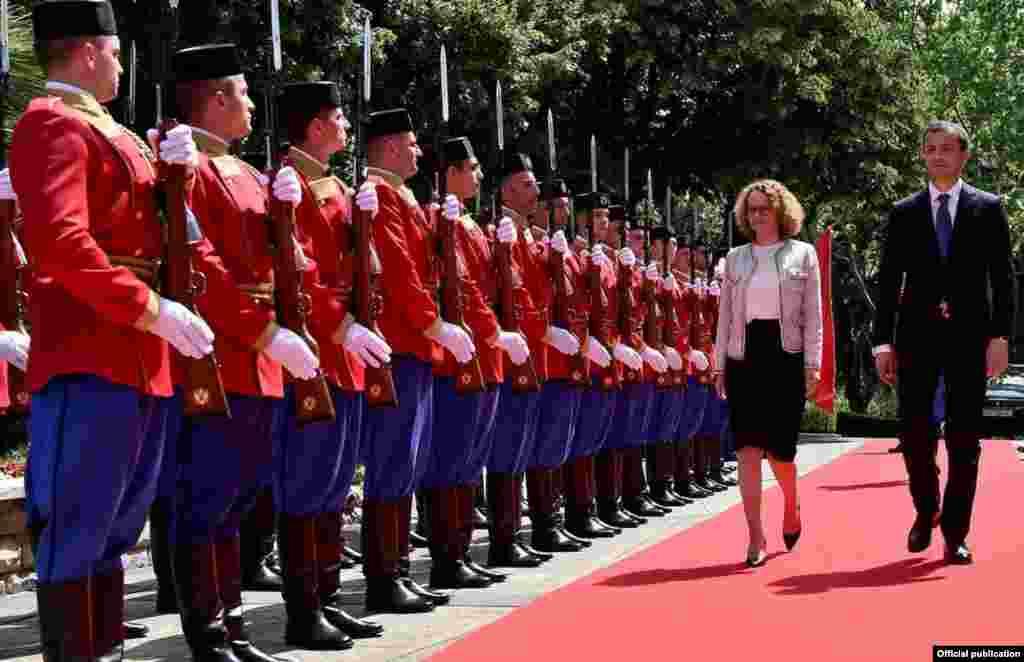 ЦРНА ГОРА / МАКЕДОНИЈА - На средбата на македонската министерка за одбрана радмила Шекеринска со црногорскиот министер за одбрана Предраг Бошковиќ во Подгорица, како што соопшти Министерството за одбрана, било заклучено дека Македонија треба да биде следната земјка-членка на НАТО.