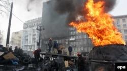 Участники антиправительственных протестов стоят на баррикадах. Киев, 27 января 2014 года.