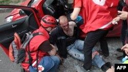 Медики надають допомогу одному з постраждалих під час сутички в Харкові, 27 квітня 2014 року