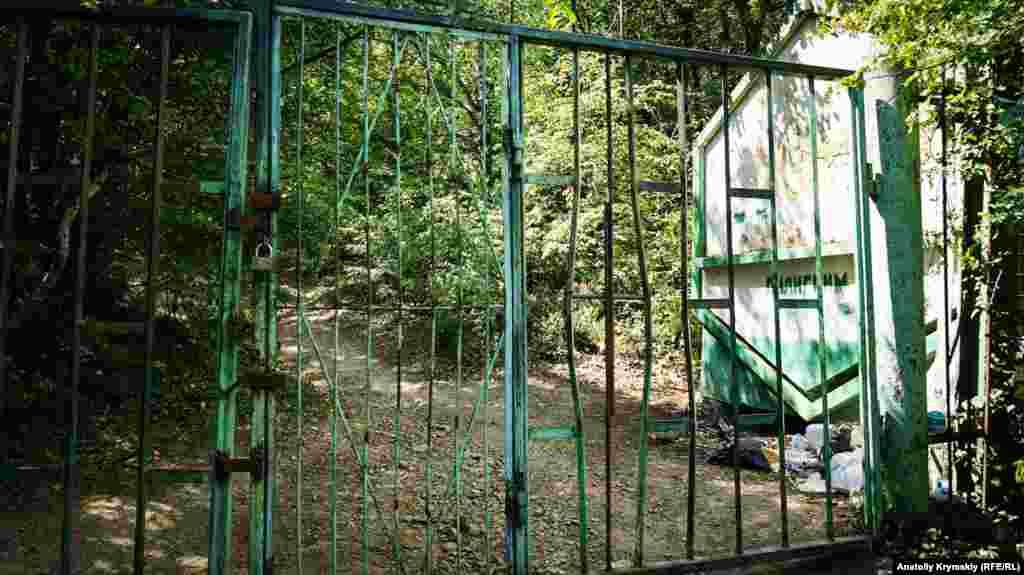 Ворота перед головною пішохідною стежкою на Аю-Даг рідко можна побачити відкритими
