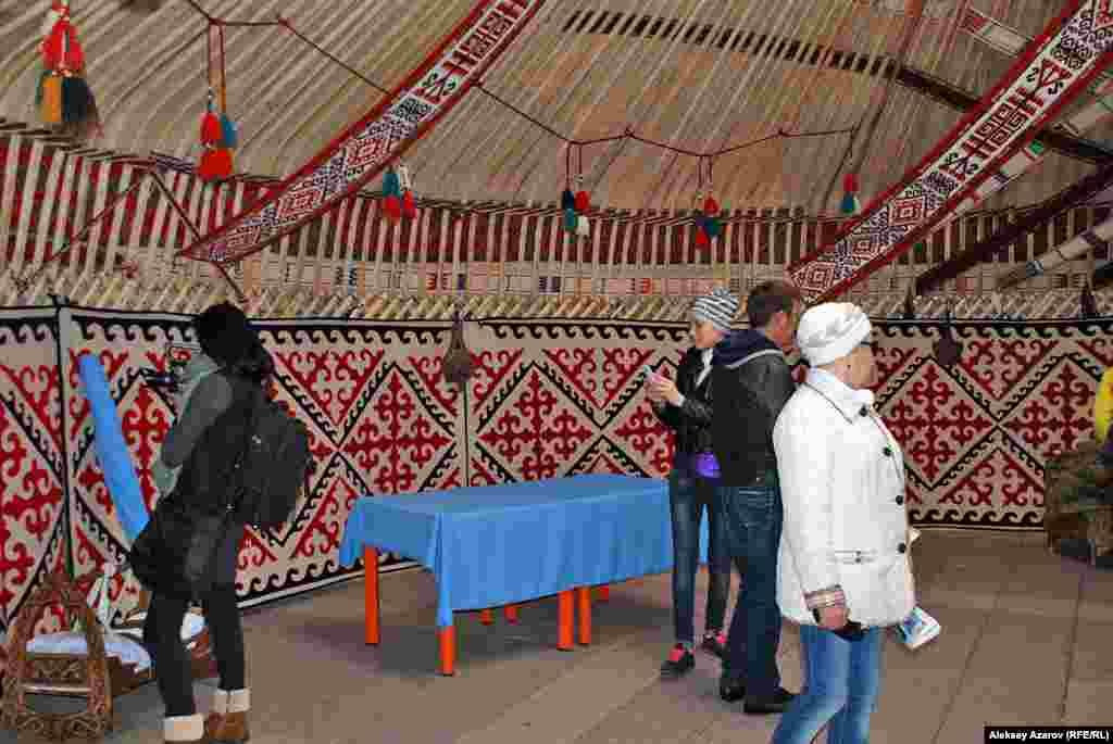 Внутри казахской праздничной юрты. Похоже, люди на фото впервые видят такую юрту изнутри.
