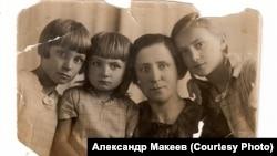 Паулина с дочерьми перед высылкой из Ленинграда. 1936 г.