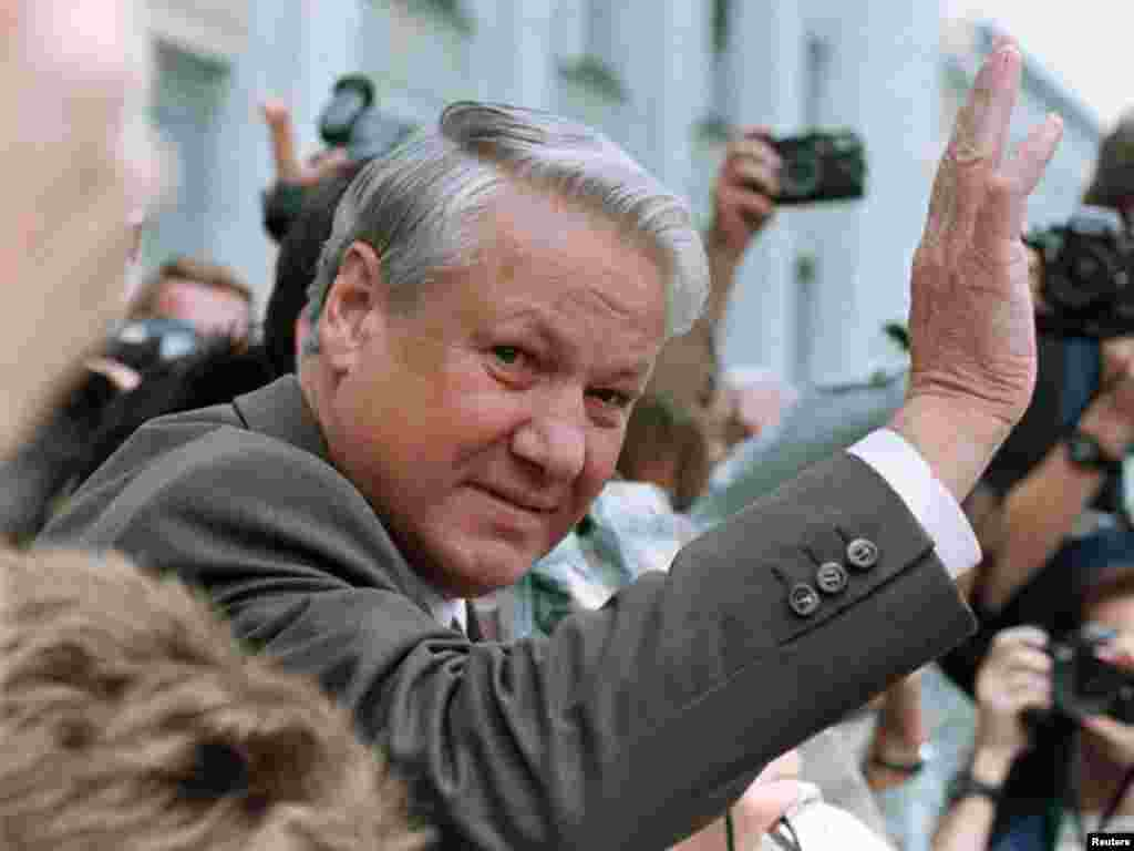 Президент России Борис Ельцин на балконе здания Верховного Совета приветствует выступивших против свержения президента СССР Михаила Горбачева. 20 августа 1991 г.