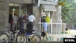 илустрација, пензионери пред банкомат