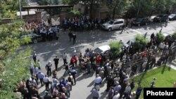 Առևտրականները ցույց են անցկացնում Ազգային ժողովի շենքի առջև, 29-ը սեպտեմբերի, 2014թ․