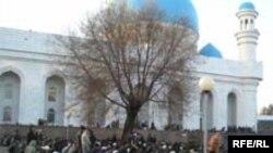 Молящиеся мусульмане во дворе Центральной мечети города Алматы.