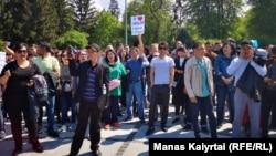 Билікке талаптарын айтып тұрған азаматтар. Алматы, 1 мамыр 2019 жыл.